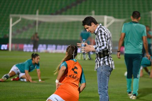 antes del juego, Jorge Macías da instrucciones